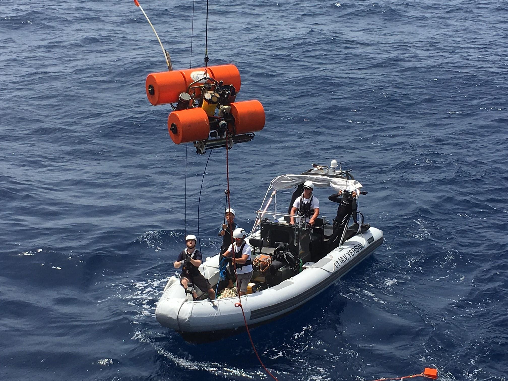 Cabo Verde Le « Bottom Lander » est récupéré sur le sommet du Senghor Seamount puis hissé à bord pour collecter les échantillons biologiques et les données numériques. ©Pierre Gilles Monaco Explorations