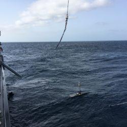 Mise à l'eau du Wave Gliders _GeOMAR Cabo Verde ©Pierre Gilles Monaco Explorations